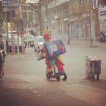 Clown August kommt um die Ecke gefahren in Herne