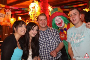 Clown Pippy als Walking Act in einer Discothek