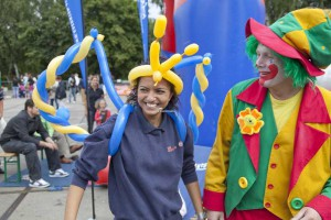 clown pippy sorgt für Stimmung auf einem Stadtfest in Dormagen, man sieht eine lachende Zuschauerin