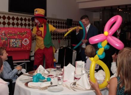 Auf diesem Bild sieht man Clown August in Dormagen in Action
