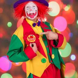 Clown August zeigt sein Namensschild!