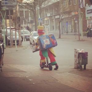 Clown August auf dem Weg zum Kindergeburtstag in Herne