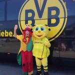 Clown August BVB Borussia Dortmund Maskotchen vor dem BVB Mannschaftsbus