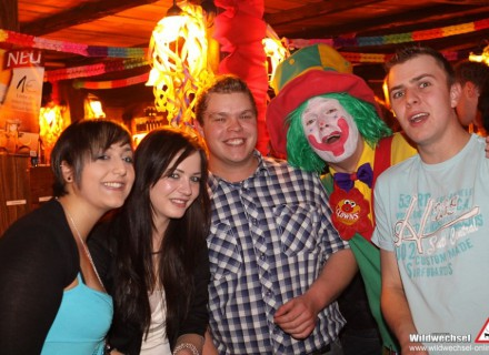 Auf diesem Bild sieht man Clown Pippy mit einer Gurppe glücklicher Zuschauer